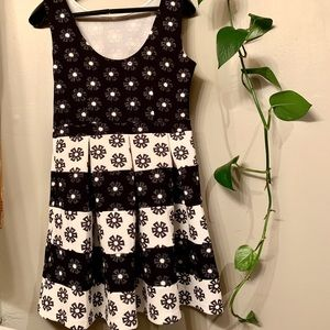 3/30$ 🌸Black and white floral cocktail dress L